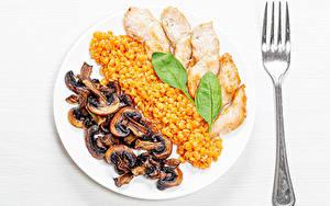 Hintergrundbilder Pilze Hühnerfleisch Brei Weißer hintergrund Teller Gabel Getreide