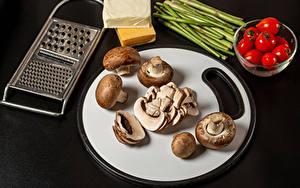 Bilder Pilze Tomate Käse Schwarzer Hintergrund Schneidebrett