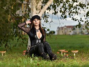 Hintergrundbilder Pilze Natur Model Sitzen Baseballkappe Dekolleté Bluse Blick Emilka Plotrowska Mädchens