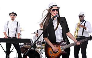 Fotos Musikinstrumente Weißer hintergrund Brünette Der Hut Brille Gitarre Mikrofon Mädchens Musik