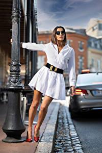 Hintergrundbilder Pose Kleid Bein Brille Bokeh Nadege junge frau