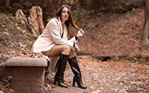 Hintergrundbilder Braunhaarige Mantel Stiefel Bein Sitzend Blick Nadia junge Frauen
