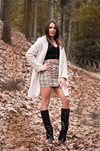 Bilder Braune Haare Posiert Bein Stiefel Rock Mantel Blattwerk Blick Nadia junge frau