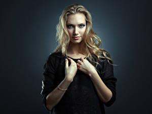 Hintergrundbilder Blond Mädchen Hand Blick Farbigen hintergrund Nata, Evgeniy Bulatov Mädchens
