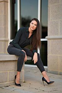 Fotos Natalia Larioshina Model Sitzt Jeans Stöckelschuh Hemd Blick junge frau