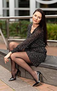 Fotos Natalia Larioshina Sitzend Bein High Heels Kleid Blick junge frau