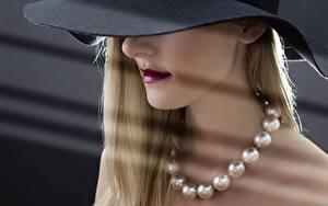Bilder Halsketten Blond Mädchen Der Hut junge Frauen