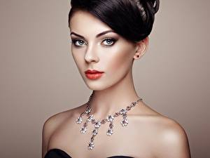 Fotos Halsketten Farbigen hintergrund Model Schminke Brünette Starren Schöne