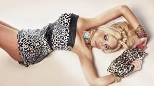 Desktop hintergrundbilder Halsketten Handtasche Blondine Kleid Ruhen Glamour Mädchens