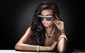 Hintergrundbilder Halsketten Schmuck Brünette Brille Hand Glamour Haar junge Frauen