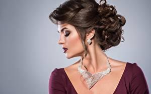 Bureaubladachtergronden Halsketting Model Mooi Make up Kapsel Oorbellen Grijze achtergrond Jonge_vrouwen