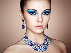 Bilder Halskette Starren Make Up Gesicht Ohrring Oleg Gekman junge frau