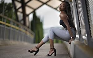 Hintergrundbilder Neger Sitzend Hand Bein High Heels Unscharfer Hintergrund Mädchens