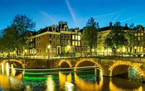 Hintergrundbilder Niederlande Amsterdam Haus Brücken Nacht Kanal Straßenlaterne Lichterkette Städte