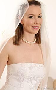 Hintergrundbilder Nicky Phillips Halskette Braut Braune Haare Blick Lächeln junge Frauen