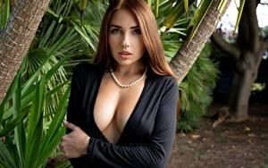 Bilder Niemira Halskette Braune Haare Starren Dekolletee Hand Brust Mädchens