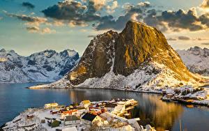 Bilder Norwegen Lofoten Gebirge Gebäude Winter Bucht Dorf Schnee Natur