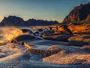 Bilder Norwegen Lofoten Morgendämmerung und Sonnenuntergang Küste Bucht Felsen Wasser spritzt Natur