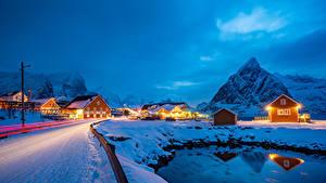 Bilder Norwegen Lofoten Winter Gebäude Berg Straße Schnee Lichtstrahl Sakrisoy Städte