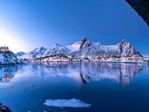 Desktop hintergrundbilder Norwegen Lofoten Winter Berg Haus Bucht  Natur