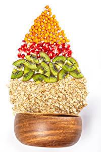 Bilder Haferbrei Kiwi Granatapfel Neujahr Weißer hintergrund Getreide Christbaum das Essen