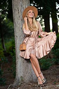 Bilder Olga Clevenger Model Blondine Lächeln Kleid Der Hut Bein Baumstamm junge Frauen