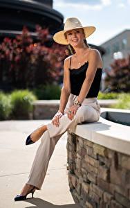 Fotos Olga Clevenger Sitzend Der Hut Die Hose Blick Starren