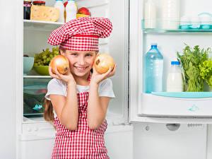 Fotos Zwiebel Kleine Mädchen Küchenchef Lächeln Mütze Hand Kühlschrank Kinder