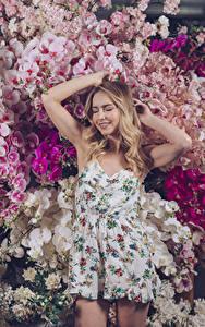 Fotos Orchideen Blond Mädchen Hand Kleid junge Frauen