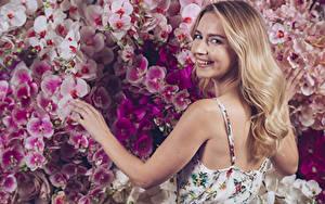 Bilder Orchidee Blondine Lächeln Haar Hand Starren Rücken Mädchens