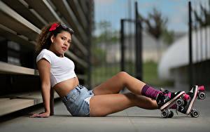 Hintergrundbilder Sitzen Bein Rollschuh Shorts Starren Bokeh Oriana Mädchens