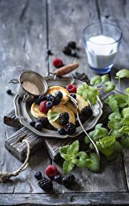 Hintergrundbilder Eierkuchen Brombeeren Heidelbeeren Himbeeren Schneidebrett Teller Blatt Lebensmittel
