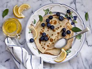 Bilder Eierkuchen Heidelbeeren Teller Öle Löffel Lebensmittel