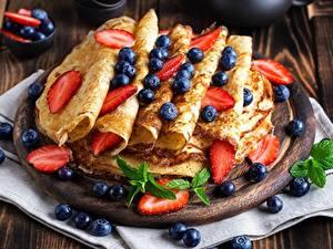 Hintergrundbilder Eierkuchen Heidelbeeren Erdbeeren Minzen das Essen