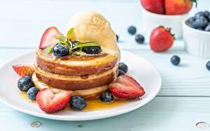 Bilder Eierkuchen Speiseeis Erdbeeren Heidelbeeren Teller das Essen