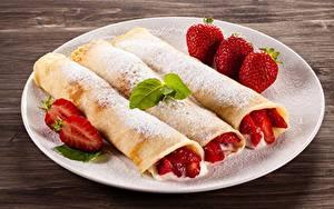 Bilder Eierkuchen Puderzucker Erdbeeren Teller Lebensmittel