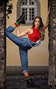 Hintergrundbilder Posiert Dehnübung Jeans Unterhemd Bein Paoletta junge Frauen