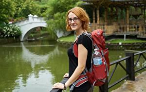 Hintergrundbilder Parks Unscharfer Hintergrund Reisender Rucksack Blick Brille Lächeln Rotschopf junge Frauen