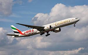 Bilder Flugzeuge Verkehrsflugzeug Boeing Seitlich 777-300 ER, Emirates Luftfahrt