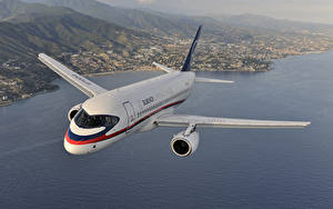 Desktop hintergrundbilder Flugzeuge Verkehrsflugzeug Flug Russischer Sukhoi Superjet 100 Luftfahrt