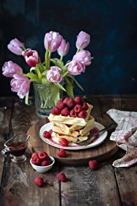 Hintergrundbilder Backware Himbeeren Tulpen Bretter Teller Lebensmittel Blumen