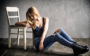 Hintergrundbilder Stuhl Blondine Sitzt Jeans Unterhemd Paula