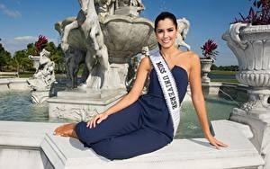 Fotos Model Brünette Sitzt Lächeln Hand Paulina Vega, Colombian Prominente