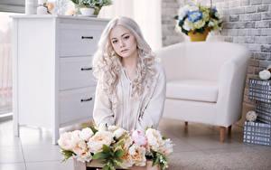 Bilder Pfingstrosen Blond Mädchen Sitzen Starren Mädchens