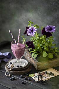 Bilder Petunien Stillleben Heidelbeeren Smoothie Weinglas Blumen