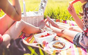 Desktop hintergrundbilder Picknick 2 Sitzen Bein Lebensmittel