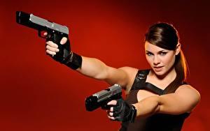 Hintergrundbilder Pistole Cosplay Roter Hintergrund Blick Hand Handschuh Lara Croft Alison Carroll Mädchens