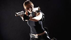 Bureaubladachtergronden Pistolen Cosplay Grijze achtergrond Lara Croft Handen jonge vrouw