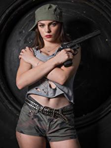 Fotos Pistole Model Posiert Shorts Gürtel Unterhemd Baseballmütze Hand Blick Klaudia Latto Mädchens Heer