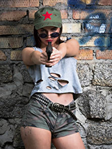Fotos Pistolen Model Posiert Shorts Gürtel Unterhemd Baseballcap Brille Klaudia Latto junge frau Heer